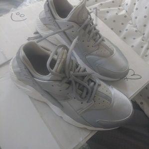 Nike huaraches... Ladies